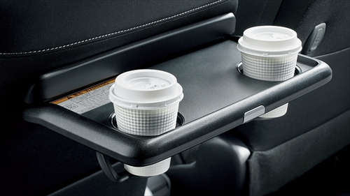 助手席のシートバックにはカップホルダー2個付きのシートバックテーブルが装備されています。停車時の食事の際などに重宝するでしょう。特にファミリーにはうれしい装備です。また運転席・助手席の両方にシートバックポケットがあります。