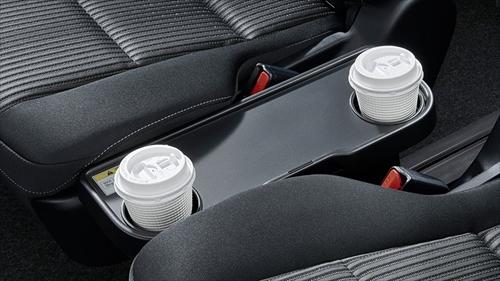 7人乗りのセカンドシートには折り畳み式のサイドテーブルも装備されます。ここにもカップホルダーが2個あり、カップホルダーはかなり充実している印象です。
