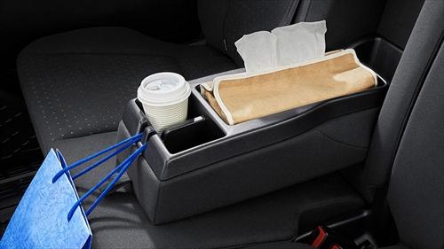 8人乗りは格納式のセンターボックスです。カップホルダー2個に加えて、オープンボックスと紙袋などをかけられるフックが付属します。 そのほかにもフロントドア・スライドドアポケット&ボトルホルダー、デッキトリムボトルホルダーなどの収納があります。