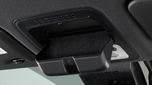 運転席の頭上にはメガネやサングラスなどが収納できるオーバーヘッドコンソールがあります。