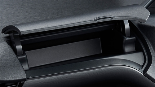 蓋付きの助手席アッパーボックスはティッシュボックスが入る大きさなので重宝します。
