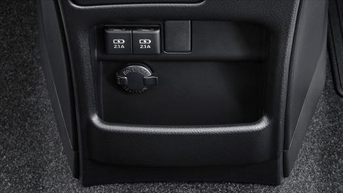 センターロアボックスにはアクセサリーソケットが装備されているのでスマートフォンなどの充電を行いながら保管することも可能です。