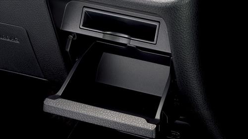 運転席にはステアリングホイールの右手にカードホルダーとロアボックスがあります。