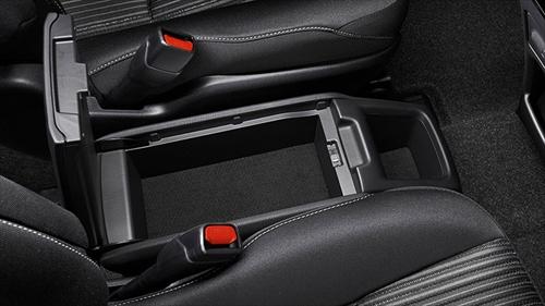 ハイブリッド車のみになりますが、運転席と助手席の間にUSB端子2個付きの独立型センターコンソールボックスが装備されます。ボックスの深さがないので、収納力はそれほどではないですが厚みのない小物などを収納するとよさそうです。