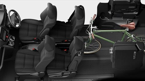 2列目シートを前にスライドさせれば、狭くはなりますが2列目シートに人が乗ったままでも自転車などが積み込めるスペースが確保できます。後列すべてをフルフラットにして横になることも可能。