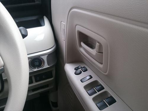 スペーシアは、室内の左右スペースを広げるために、ドアの内装が薄くていかにも軽自動車だなと