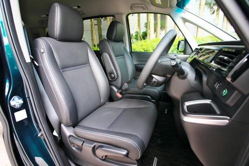座り心地の良さそうなシートなども含めて最近のホンダ車に共通のテイストです①