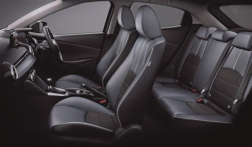 フロントシートには頭がぶれにくい新構造のシートを採用