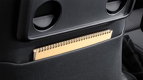 運転席・助手席の両方にシートバックポケットが装備されているほか、助手席にはカップホルダー2個付きのシートバックテーブルがあります。