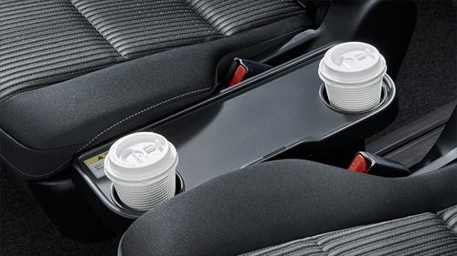 セカンドシートには7人乗りのキャプテンシートの場合はカップホルダー2個付きの折りたたみ式サイドテーブル