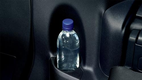 デッキトリムボトルホルダーも左右に装備されているので、サードシートでも飲み物の置き場はしっかりと確保されています。