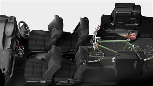 サードシートを跳ね上げれば大型のスーツケースなどにも対応できますし、さらにセカンドシートを前へスライドさせれば自転車などの長さのある荷物でも十分に積めるようになっています。