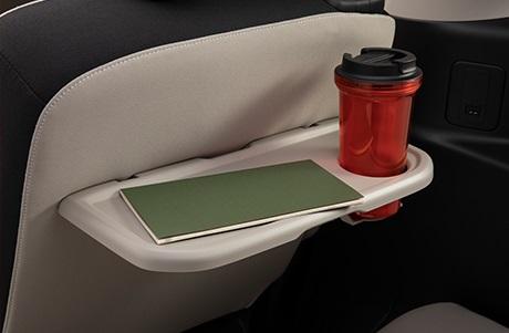 サードシート用のパーソナルテーブルではカップホルダーは1個です。
