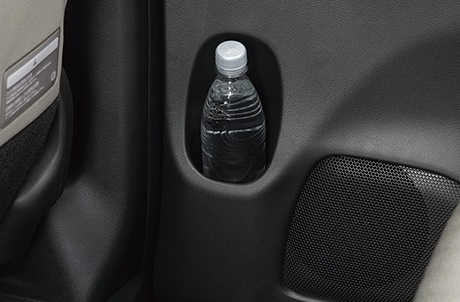 フロントドアにはボトルホルダーと小物が入るドアポケットが装備されます