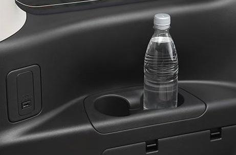 セカンドシート、サードシートにもそれぞれボトルホルダーがあります