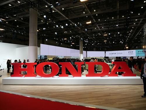 ホンダは主力車種フィットの新型を発表、大々的にアピールした