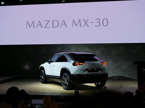 あのマツダが電気自動車!と驚きが走った発表の様子