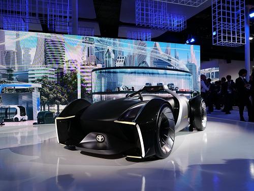トヨタブースの数少ない展示車両「e-RACER」。CASEな未来でもFUN TO DRIVEを忘れない!と宣言