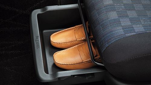 助手席シートアンダーボックス(「S」以外に標準装備)