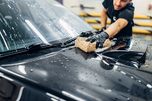 1. 水洗いでヘッドライトの表面についたほこりや汚れを落とす