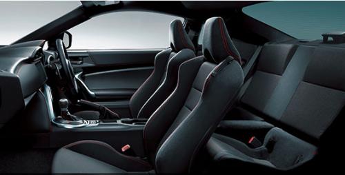 アルカンターラのシートが装備される「GT」