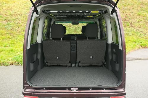 長い室内空間は4人乗車時でも広いラゲージスペースを確保3