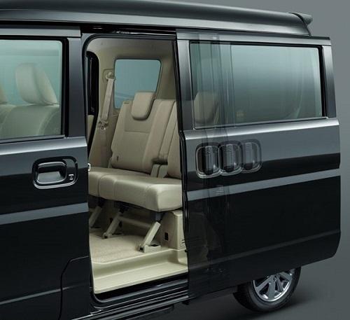 後席両側のオートスライドドアが標準装備になる上級グレード「G」_02